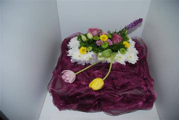 Centro de flores com base de organza