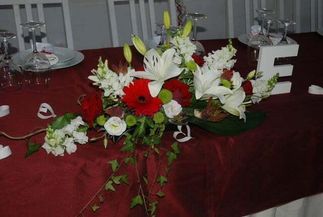 Centro de mesa em tons branco e vermelho