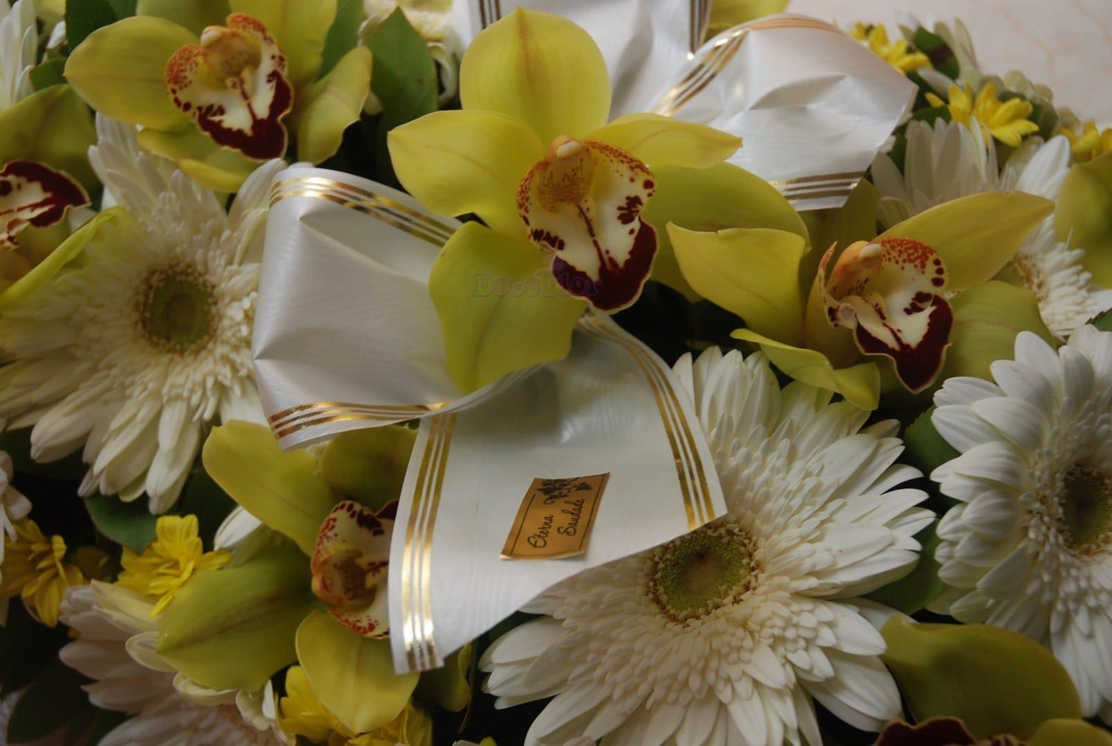 Palma de Funeral em tons branco e amarelo