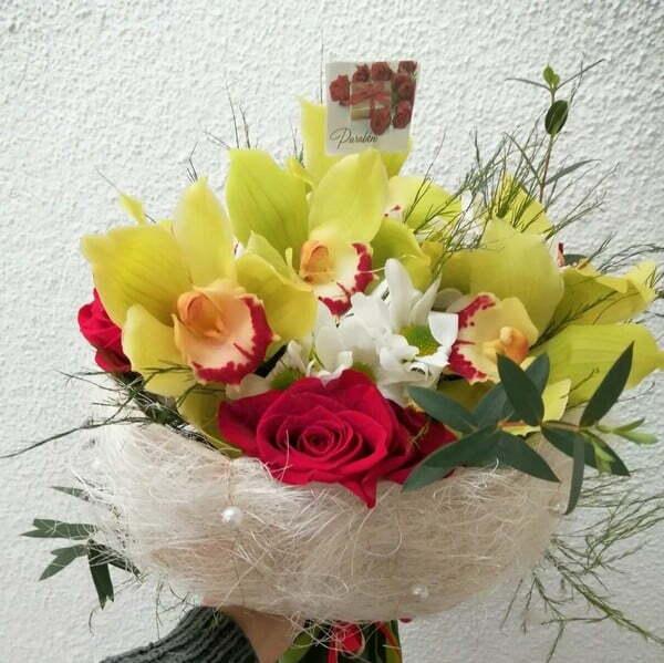 Bouquet de orquídeas e rosas