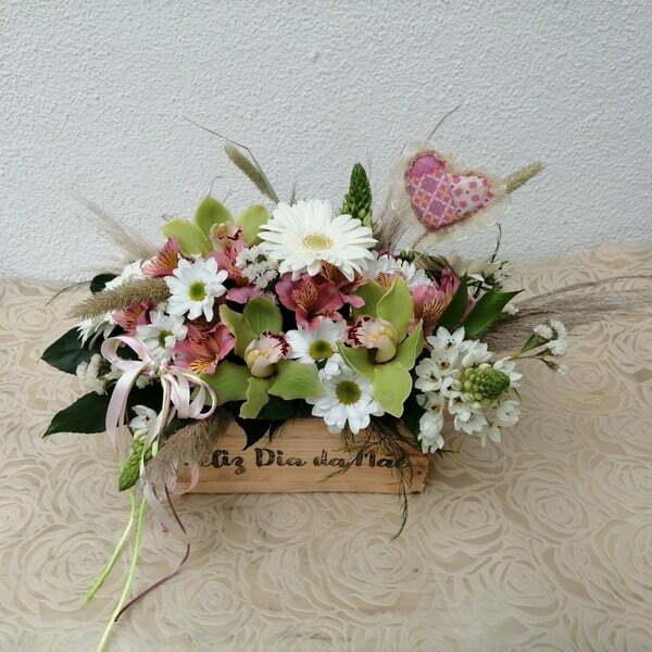 Caixa de madeira com Flores Dia da Mãe